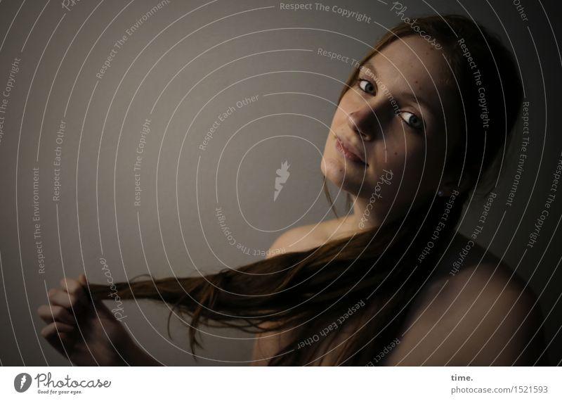 . feminin 1 Mensch brünett langhaarig beobachten Denken Blick warten ästhetisch authentisch Freundlichkeit schön Gefühle Zufriedenheit selbstbewußt Leidenschaft