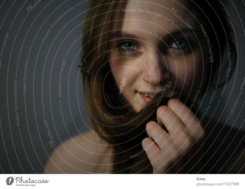 . feminin 1 Mensch brünett langhaarig beobachten Kommunizieren Lächeln Blick warten schön Glück Fröhlichkeit Zufriedenheit Leidenschaft Vertrauen Sicherheit