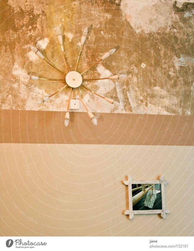 GEMEINsam einSAM Wand Lampe Bild Schuhe Tapete Putz Siebziger Jahre Sechziger Jahre Häusliches Leben Trauer Verzweiflung