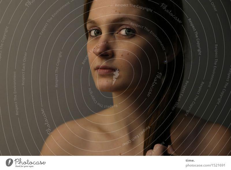 . Mensch schön ruhig feminin Denken Zeit warten beobachten Neugier entdecken Überraschung Konzentration Wachsamkeit brünett langhaarig Irritation