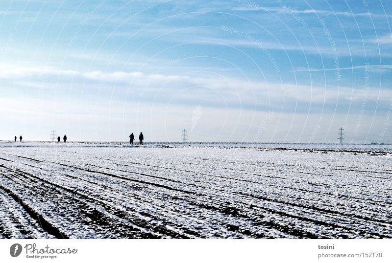 3:3 Winter Landschaft Mensch Feld Schnee Strommast Spaziergang Himmel Wolken Furche Elektrizität Horizont weiß