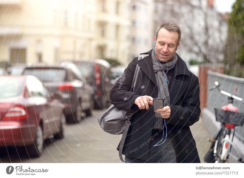 Attraktiver Mann auf die Wintermode sein Handy überprüfend Mensch Erwachsene Straße sprechen Mode Business maskulin Textfreiraum Technik & Technologie Lächeln