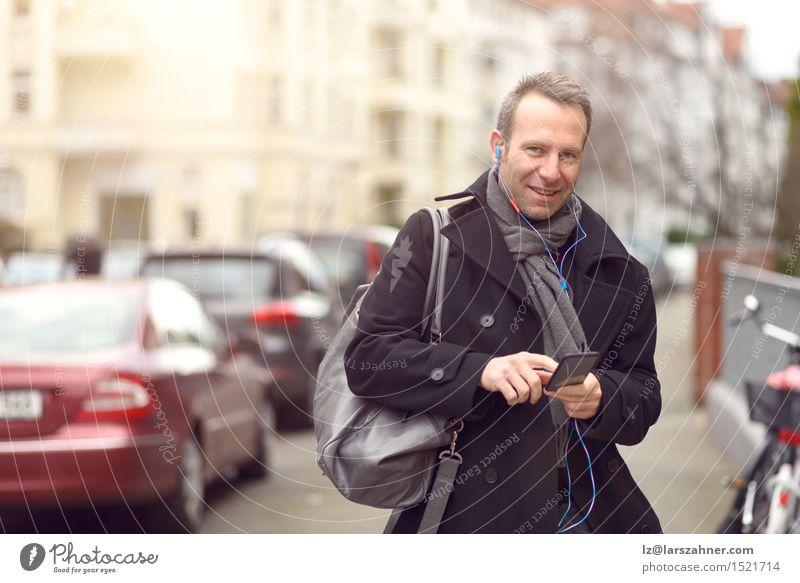 Mensch Mann Winter Erwachsene Straße sprechen Mode Business maskulin Textfreiraum Technik & Technologie Lächeln Telefon Mobilität selbstbewußt Kopfhörer