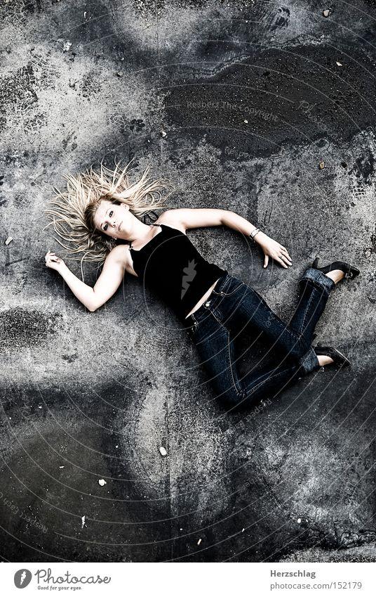 Fallen Beauty Frau Jugendliche schön blond Angst dreckig Trauer fallen Verzweiflung unschuldig