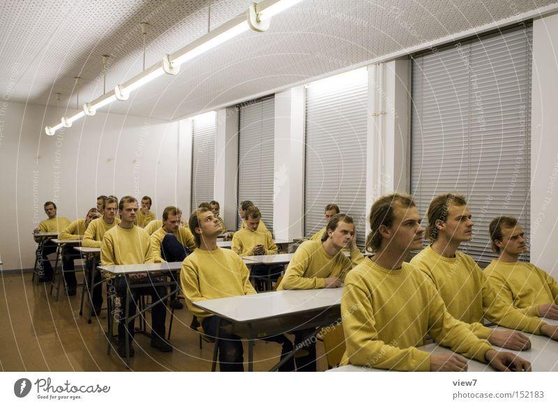 Klassenzimmer Mann Erwachsene Fenster Menschengruppe Schule trist Redewendung Beginn Kommunizieren lernen Tisch Studium Schulgebäude Stuhl Bildung Bank
