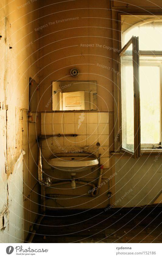Schön machen Haus Einsamkeit Fenster Raum Zeit Häusliches Leben Vergänglichkeit Spiegel verfallen Nostalgie Villa Waschbecken altmodisch Klassik Leerstand Jahrhundert