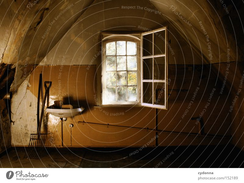 Dachboden Haus Villa Fenster Licht Leerstand Raum Häusliches Leben Zeit Vergänglichkeit Klassik Waschbecken Nostalgie Jahrhundert verfallen Einsamkeit