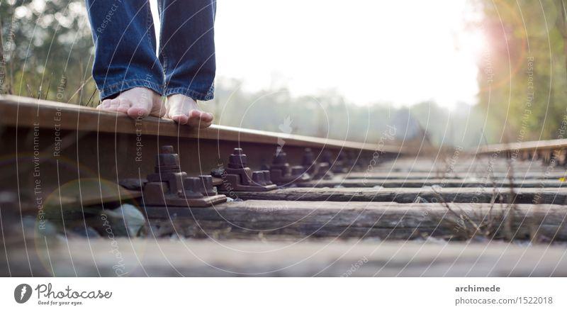 Mann, der auf die Eisenbahn geht Lifestyle Ferien & Urlaub & Reisen Ausflug Abenteuer Freiheit Erwachsene Natur Landschaft Verkehr alt frei wild Fernweh