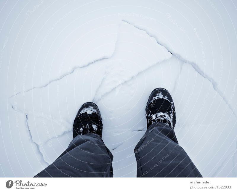 Mann, der auf gebrochenes Eis geht Lifestyle Winter Schnee Berge u. Gebirge wandern Erwachsene Fuß Angst gefährlich Spaziergang Bein Wanderer Saum gefroren kalt