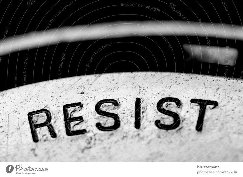 ! widersetzen Revolution verweigern Verneinung Untergrund Schriftzeichen Typographie Metall auffordern Makroaufnahme Uhr Buchstaben Resist Resistance Imperativ