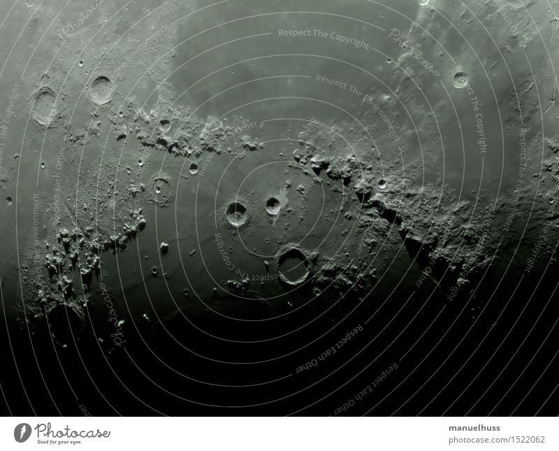 Mare Imbrium Mond schwarz weiß Teleskop Astronomie Astrofotografie Kraterrand Vulkankrater Berge u. Gebirge Mondlandschaft Außenaufnahme Detailaufnahme