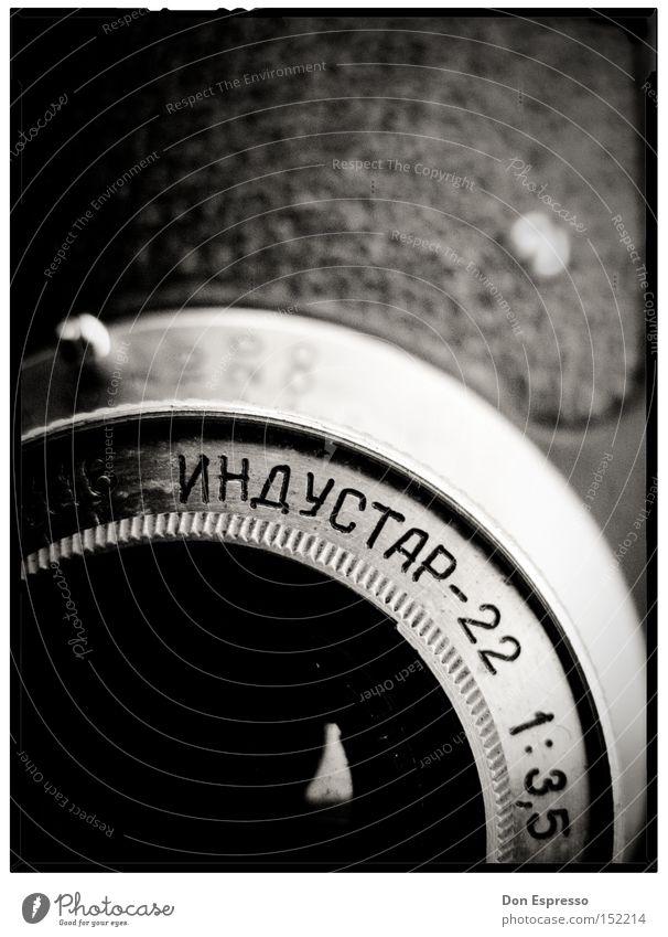 *RUSSIAN ANALOG* Fotokamera Objektiv Makroaufnahme Russland Russisch analog alt Nostalgie früher Schwarzweißfoto Nahaufnahme Fotografie Camera Kyrillisch