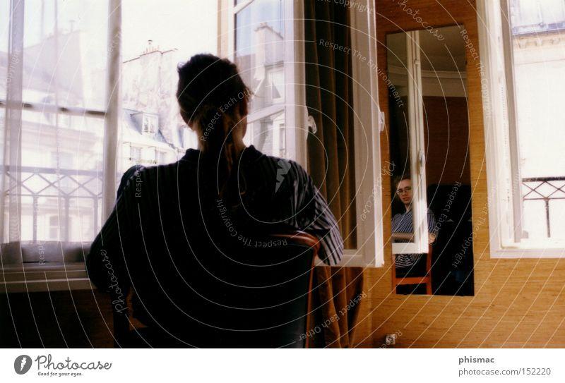 Melancholie in Paris Mann Erholung Fenster Traurigkeit Denken braun Stuhl Spiegel Konzentration Wohnzimmer Spiegelbild Altbau