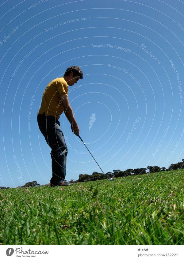 Golf Mensch Himmel grün blau gelb Ferne Sport Spielen Gras maskulin T-Shirt Golf Herr Abschlag