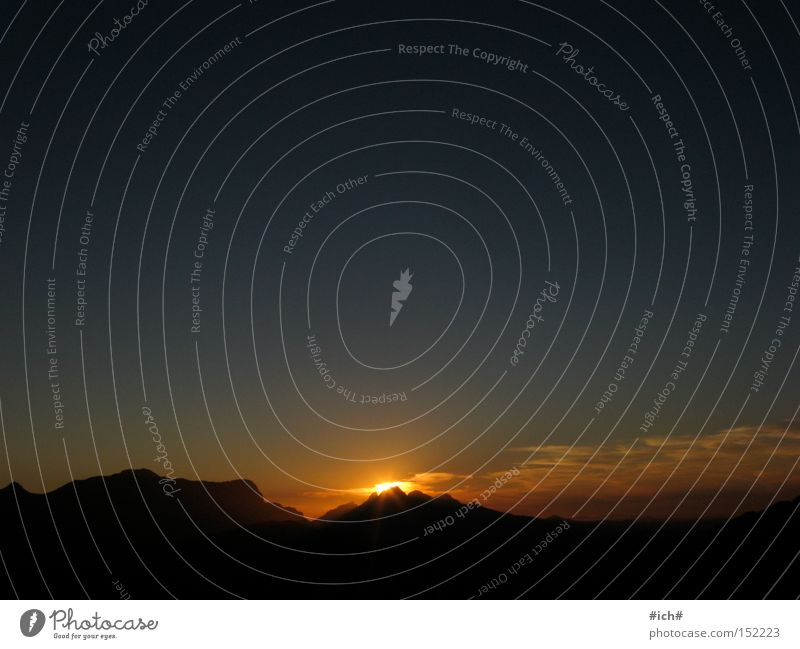 Sonnenberg Himmel Sonne blau schwarz dunkel Berge u. Gebirge Unendlichkeit Schattenspiel