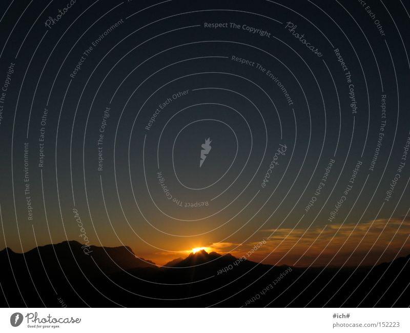 Sonnenberg Sonnenuntergang Schatten Schattenspiel Himmel schwarz blau dunkel Berge u. Gebirge Unendlichkeit kuppe