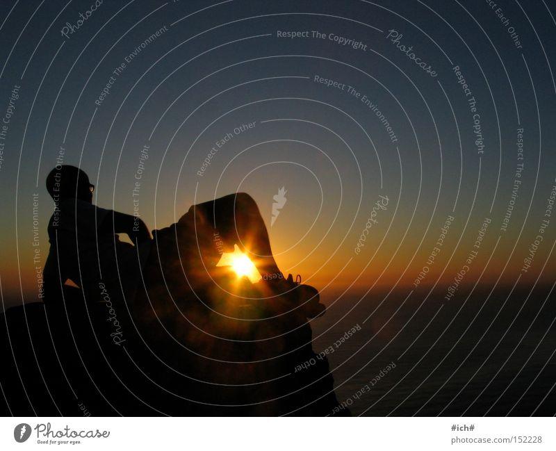 Strahlende Augenblicke Sonne Sonnenuntergang Meer Wasser Felsen Stein Mann Brille Schatten Schattenspiel Arme Beine Licht Himmel Silhouette Strand Küste