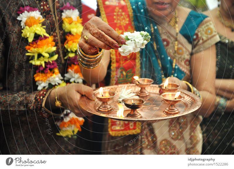 Tablett mit Kerzen bei der indischen Hochzeitszeremonie Inder Kultur Zeremonie Farbe Familie & Verwandtschaft Liebe Mensch Blume Flamme Fotografie Brühe Bild