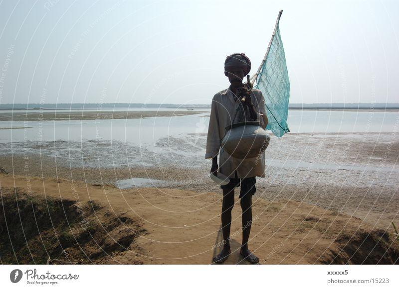 Fischer mit Fahne Armut groß Indien verloren Asien