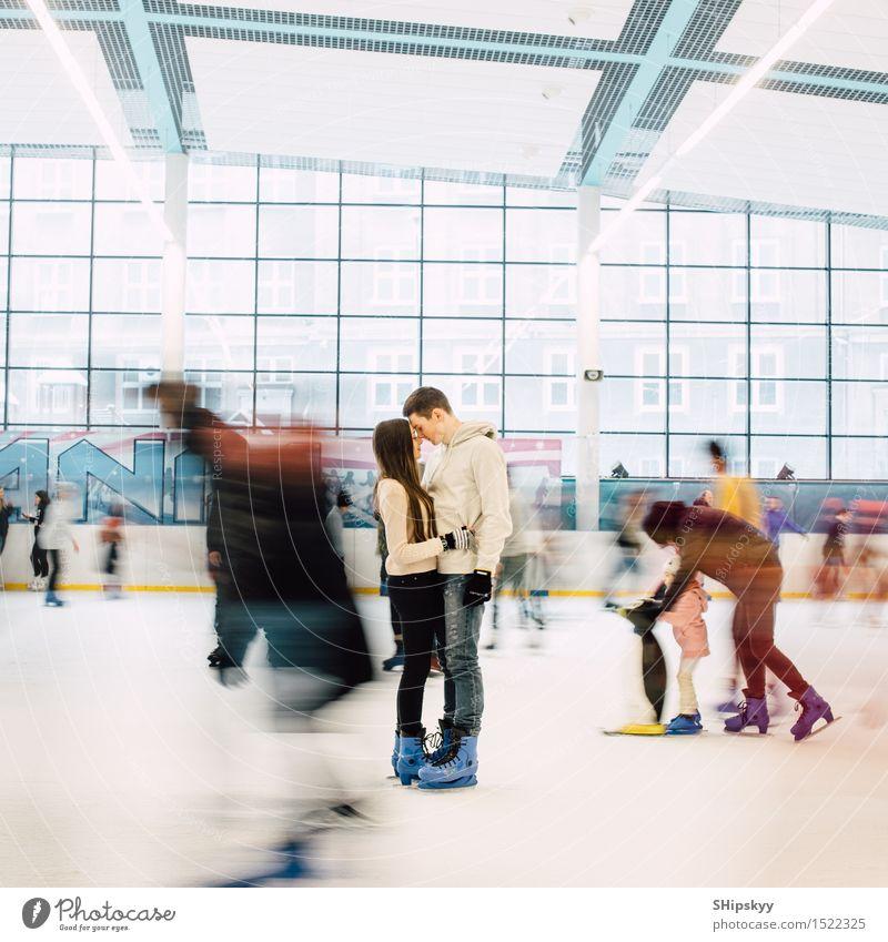 Reizendes Paar, das in der Mitte der Eisbahn steht Lifestyle Stil schön Tapete Wassersport Wintersport Fan Tanzen Sportveranstaltung Junge Frau Jugendliche