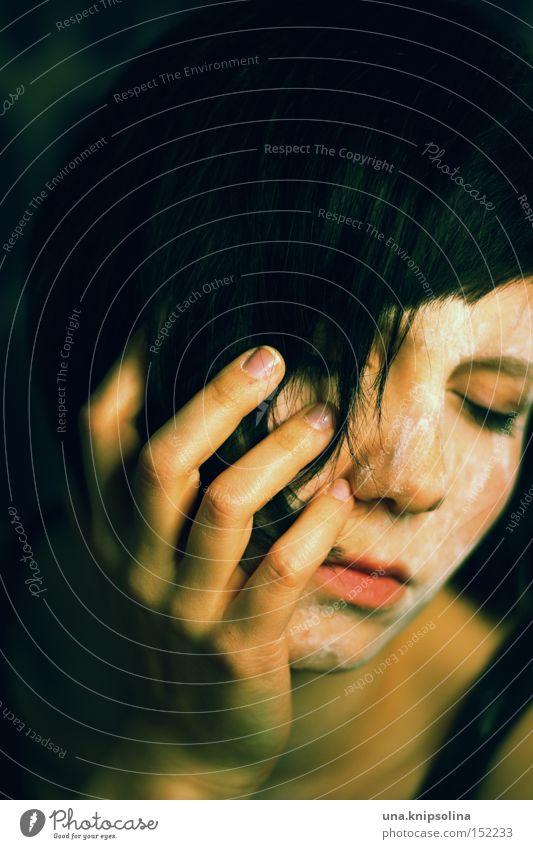 ...black to green Frau Erwachsene Auge Traurigkeit dreckig dunkel weiß Einsamkeit Angst geschlossen Panik Farbfoto Gedeckte Farben Schwache Tiefenschärfe
