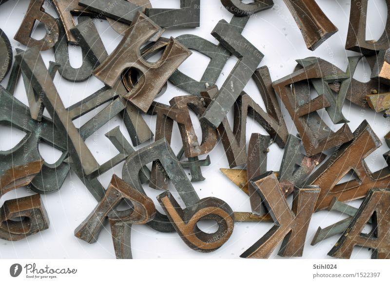 Buchstaben-Salat Kunst lesen Metall Schriftzeichen Ziffern & Zahlen eckig braun Traurigkeit verstört chaotisch Desaster Ordnung Rätsel Irritation