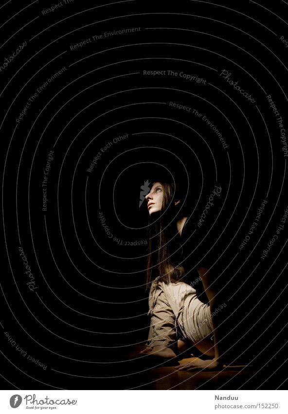 kommt da noch was? Frau Mensch dunkel Zufriedenheit warten sitzen Hoffnung Frieden Wunsch aufwärts Erwartung bleich Bühnenbeleuchtung ducken Ungeduld gebannt
