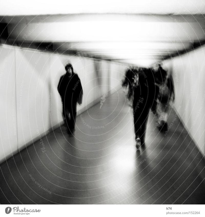 rabbit in your headlights Gang Mensch gehen Tunnel Licht laufen anonym Einsamkeit Deckenbeleuchtung Platzangst Menschengruppe Angst Panik Ausgrenzung