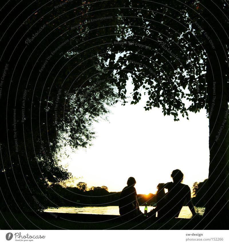 EIN SPREEBLICK AM LA CHAMANDU II Sommer Erholung Paar Kunst paarweise Sonnenuntergang Pause Fluss Idylle Vertrauen Skyline Liebespaar Sehenswürdigkeit Hauptstadt Mensch