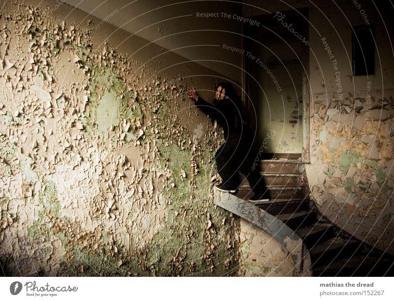 ANZIEHUNG Treppe alt Einsamkeit stehen Lichteinfall Sonnenlicht Farbe Farbstoff platzen schäbig Linie Raum dreckig warten verfallen Mann Zufriedenheit
