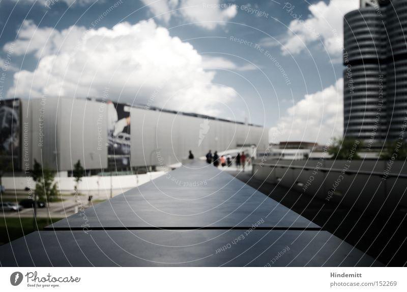 LOKALKOLORIT | Unwir[k/t]lich Himmel Wolken dunkel kalt Traurigkeit Beton Perspektive Industrie modern Macht bedrohlich Turm München Stahl Bayern Flucht