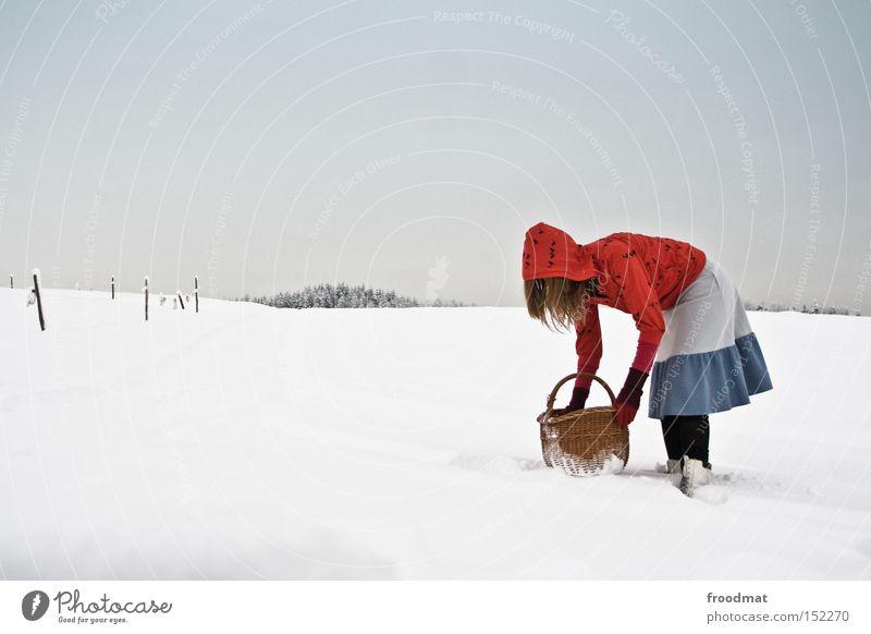 rotkappe packt aus weiß Baum ruhig Winter kalt Berge u. Gebirge Schnee grau Schweiz Märchen kahl Korb Fototechnik Rotkäppchen