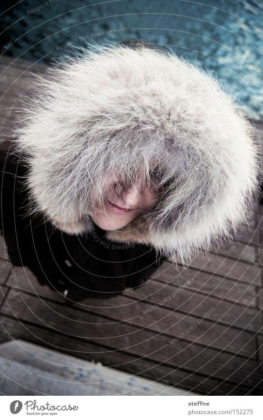 Afro-Look für weiße Vorstadtmädchen Frau Winter kalt Fell Steg Flussufer Kapuze Spree Inuit