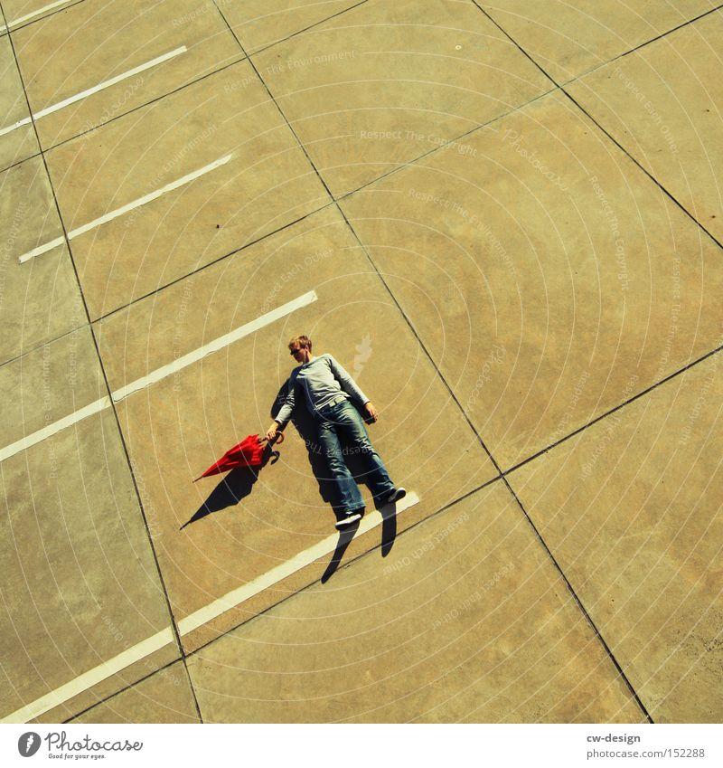 AntiVir Off Regenschirm Mensch rot Beton Vogelperspektive Parkplatz Parkdeck Schönes Wetter Schatten Mann maskulin stehen liegen Sonnenschirm Verkehrswege