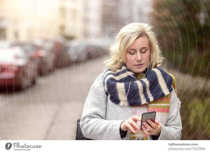 Mensch Frau Winter Erwachsene Straße sprechen Mode Business Textfreiraum blond Technik & Technologie Lächeln Telefon Mobilität selbstbewußt Kopfhörer
