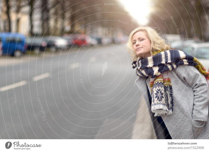 Blonde Frau, die auf ein Fahrerhaus oder einen Bus wartet Mensch Winter Erwachsene Straße Mode Textfreiraum blond warten Gasse KFZ Entwurf Schal heben
