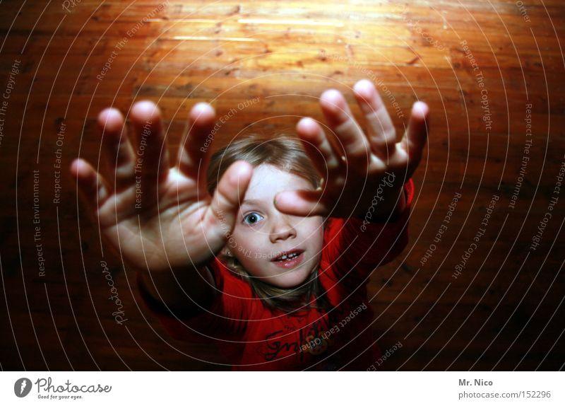 einaug*E* Kind Hand Mädchen Gesicht Auge Arme klein Finger Verkehrswege Kleinkind Zwerg winzig
