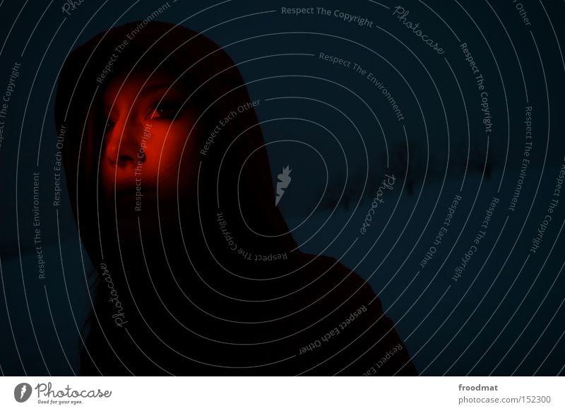 dunkelziffer Frau schön Winter Gesicht dunkel kalt Schnee Wärme Temperatur Fieber Rotlicht