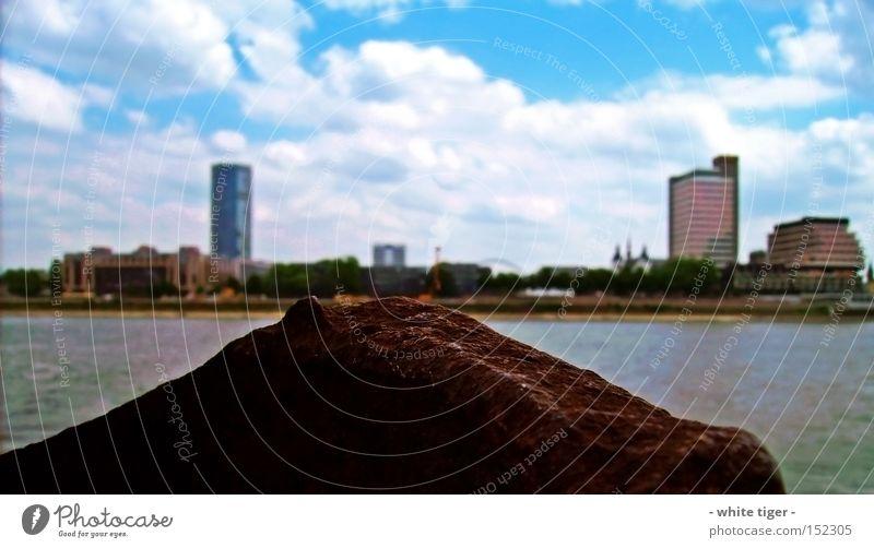 verrosteter Anlegepfahl Wolken Fluss Hochhaus Hafen Rost groß Unschärfe Panorama (Aussicht) Ferne Skyline Wolkenformation Schönes Wetter Schwache Tiefenschärfe
