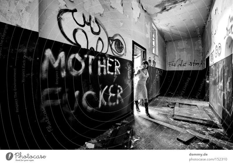 MO**ER FU**ER Frau alt schwarz Einsamkeit Erotik dunkel kalt Graffiti Beleuchtung Angst Kleid Dame verfallen Ruine Panik