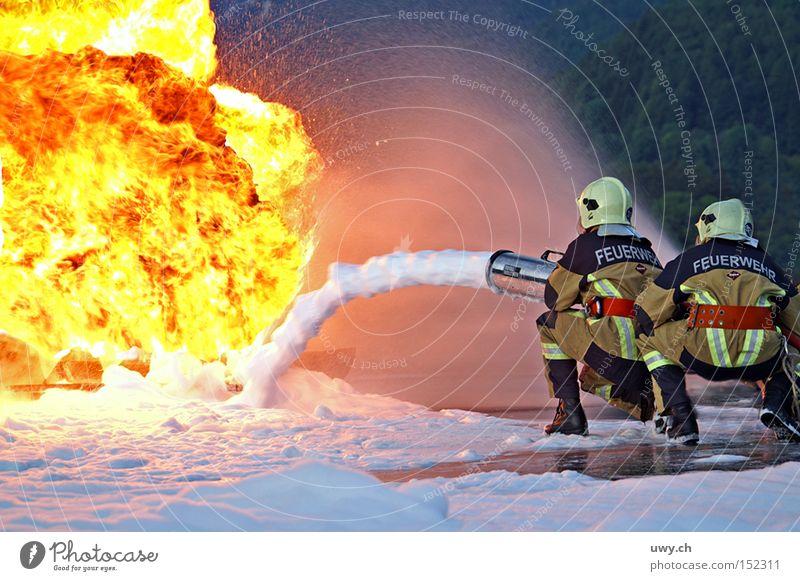 Firefighter II Feuerwehrmann Brand Flamme Schaum Wasser löschen Desaster gelb Licht gefährlich Kämpfer Held brennen Explosion Öffentlicher Dienst bedrohlich