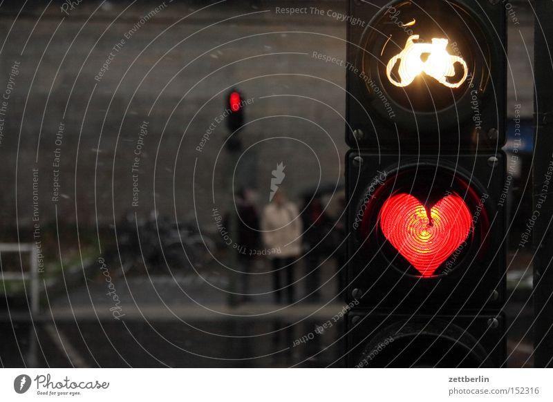 Fest der Liebe rot Liebe Straße Lampe dunkel Fahrrad Herz warten Romantik Sehnsucht Dämmerung Verkehrswege Ampel Fußgänger Straßennamenschild Frühlingsgefühle