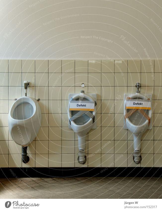 Freie Auswahl Bad Dienstleistungsgewerbe kaputt weiß Toilette sanitär Fliesen u. Kacheln Farbfoto Gedeckte Farben Innenaufnahme Menschenleer Textfreiraum oben