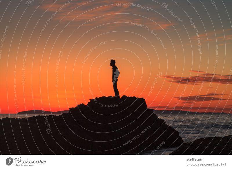 Schattenbild eines Mannes bei Sonnenuntergang auf einem Felsen Gesundheit 1 Mensch 18-30 Jahre Jugendliche Erwachsene 30-45 Jahre Himmel Sonnenaufgang Küste