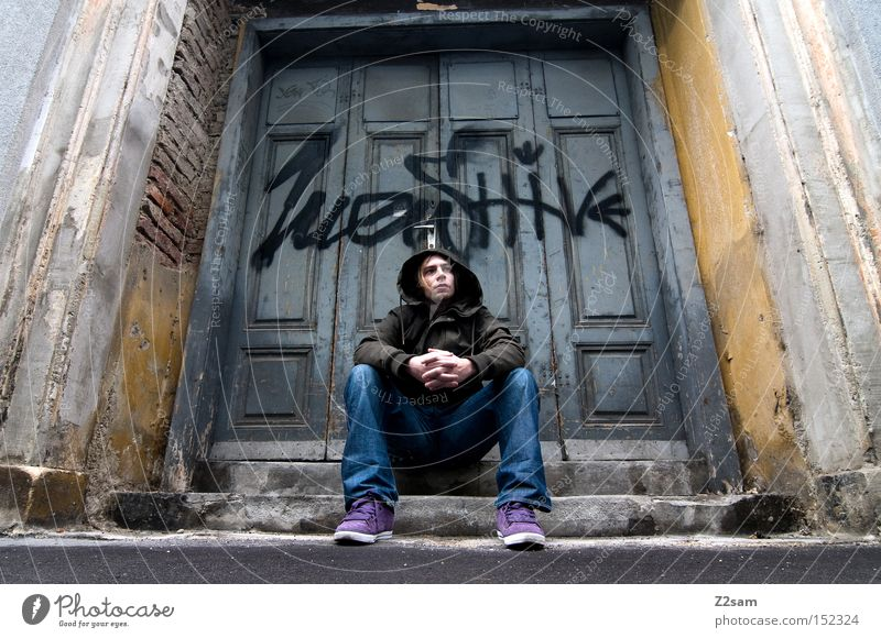 IN THE GHETTO III Ghetto Straße stehen Stil trashig Mann lässig Graffiti Einsamkeit Wandmalereien Tür Tor nachdenken think Jugendliche