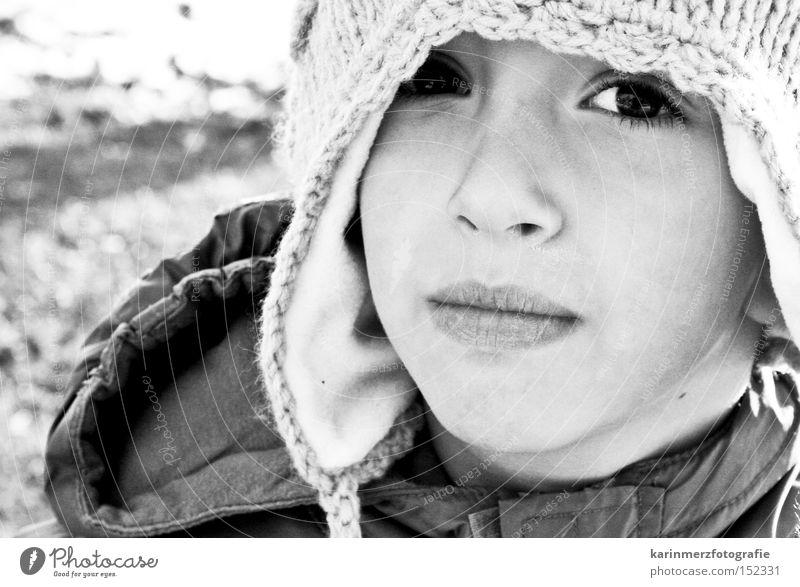 Augen-Blick Mütze Winter kalt Schwarzweißfoto Gesicht Porträt Mund Schüchternheit Angst Kind Junge Schnee Nase Lippen
