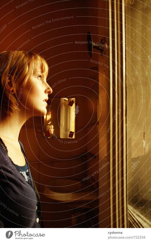 Geschichtenerzählerin Frau Mensch Haus Einsamkeit Gefühle Fenster Traurigkeit Raum Zeit Häusliches Leben Vergänglichkeit Vergangenheit Nostalgie Erzählung