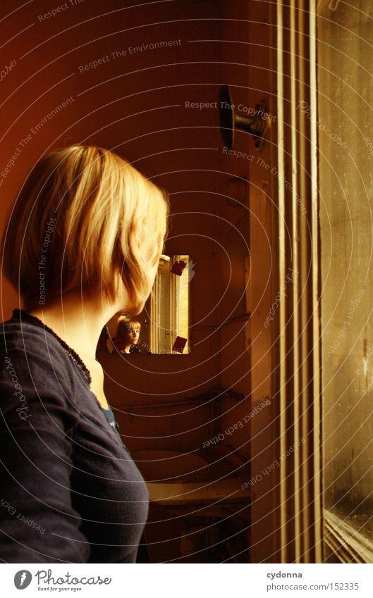 Geschichtenerzählerin I Haus Blick Fenster Licht altmodisch Leerstand Raum Häusliches Leben Zeit Vergänglichkeit Mensch Erzählung Nostalgie Frau verfallen