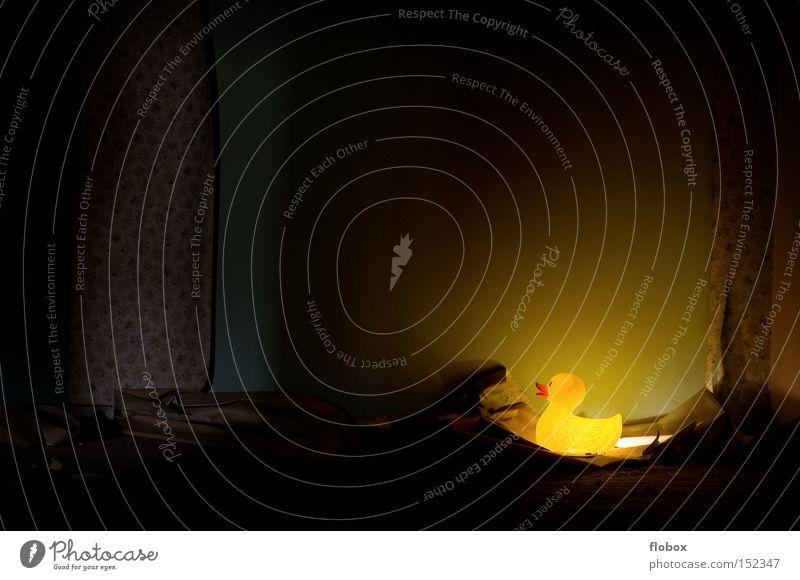 Weihnachtsbeleuchtung Tapete Ente Badeente Schwimmen & Baden Wand retro old-school Muster gelb Blume dunkel Lampe Beleuchtung Licht verfallen Vogel Möbel