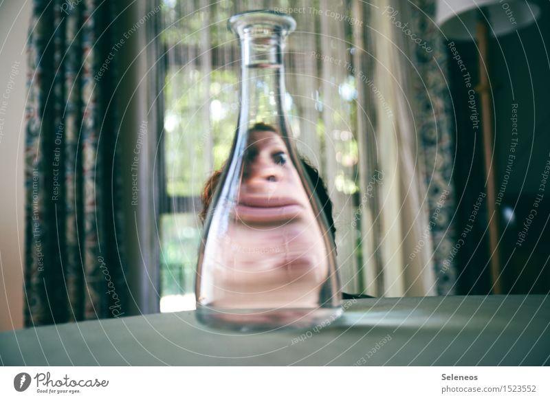 Der Blick durch die Flasche trinken Alkohol Spirituosen Mensch Gesicht 1 Langeweile Gesundheit Alkoholisiert Flaschenhals Farbfoto Innenaufnahme Tag Unschärfe